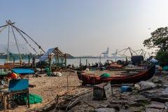 Fiskare och dess fisknät i morgontimmarna arkivfoton