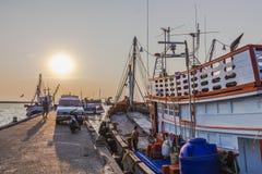 Fiskare och fiskebåt arkivfoto