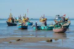 Fiskare och fiskebåtar förbereder sig att gå till havet för nattfiske Fiskehamnen av Mui Ne, Vietnam Arkivbild