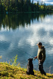 Fiskare och hund Arkivbild