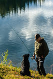 Fiskare och hund Royaltyfri Fotografi
