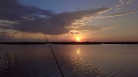 Fiskare och inställningssolen stock video