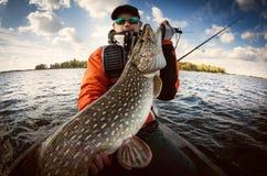Fiskare och stor trofépik arkivfoto