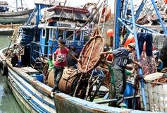 Fiskare ombord deras trålare i porten av Essouaira, Marocko Royaltyfria Bilder