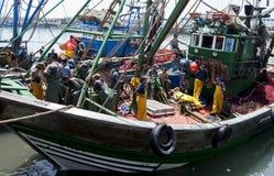 Fiskare ombord deras trålare i porten av Essouaira, Marocko Royaltyfria Foton