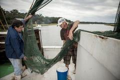 Fiskare på arbete på fiskeskytteln Royaltyfri Foto