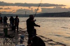 Fiskare på Bosphorus förtöja royaltyfria foton