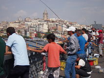 Fiskare på den Galata bron Royaltyfri Foto