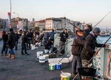Fiskare på den Galata bron Arkivfoto