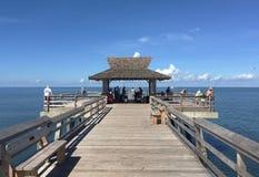 Fiskare på den Naples pir, Florida royaltyfri bild