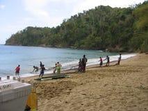 Fiskare på den sandiga stranden Tobago Royaltyfria Foton