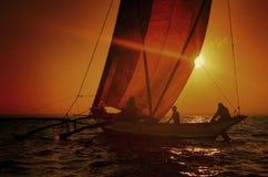 Fiskare på en katamaran på solnedgångbegreppet Fotografering för Bildbyråer