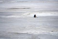 Fiskare på en sjö på den soliga dagen för vinter royaltyfri foto