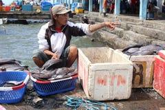 Fiskare på Makassar' fiskmarknad för s Paotere Arkivbild