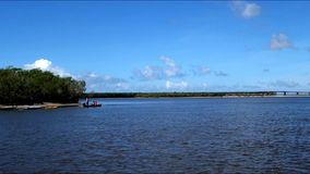 Fiskare på munnen av floden lager videofilmer