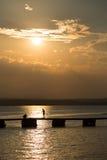 Fiskare på solnedgång på havet Royaltyfri Fotografi