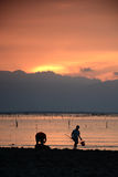 Fiskare på solnedgången Arkivbild