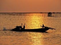 Fiskare på solnedgången Arkivbilder