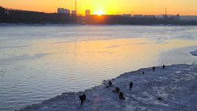 Fiskare på solnedgången i vinter arkivfilmer