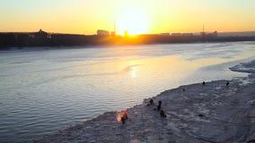 Fiskare på solnedgången i vinter stock video