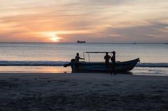 Fiskare på stranden av Sri Lanka royaltyfri fotografi