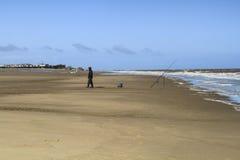 Fiskare på stranden i UK Arkivbilder