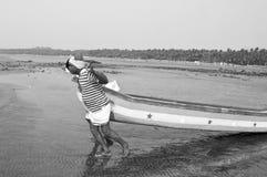 Fiskare på den Gorai stranden, Mumbai Arkivbild