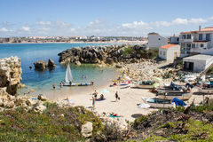 Fiskare sätter på land, Baleal, Peniche, Portugal Arkivbilder