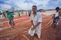 Fiskare` s arbetar i den khal chaktaien, den Chittagong staden Arkivbild