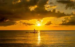 Fiskare Silhouette Fishing på solnedgången Arkivfoton