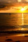 Fiskare Silhouette Fishing på solnedgången Arkivbild