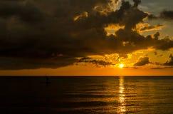 Fiskare Silhouette Fishing på solnedgången Arkivbilder