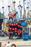 Fiskare som arbetar i den Mirissa hamnen, Sri Lanka Arkivfoton