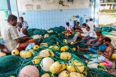 Fiskare som arbetar på fisknät i den Mirissa hamnen, Sri Lanka Royaltyfria Foton