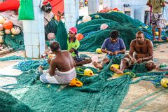 Fiskare som arbetar på fisknät i den Mirissa hamnen, Sri Lanka Royaltyfri Fotografi