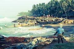 Fiskare som arbetar på stranden Fotografering för Bildbyråer
