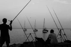 Fiskare som fångar fisken på kusten av Italien arkivfoton