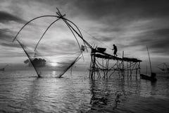 Fiskare som fångar fisknät för dopp för räkaotta som unikt används av fiskare och kvinnor för att fånga räkor från sötvattnet Fotografering för Bildbyråer