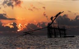 Fiskare som fångar fisknät för dopp för räkaotta som unikt används av fiskare och kvinnor för att fånga räkor från sötvattnet Arkivfoto