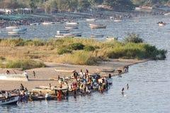 Fiskare som förbereder sig att fiska Royaltyfri Bild