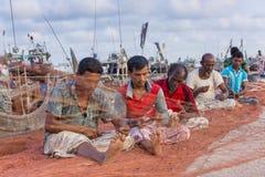 Fiskare som fiskar fixande på stora fisknät Royaltyfri Foto