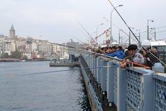 Fiskare som fiskar i dagen i den guld- horn- fj?rden royaltyfri bild