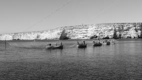 Fiskare som fiskar med, förtjänar i Krim arkivfoton