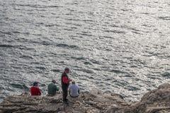 Fiskare som fiskar på, vaggar Arkivfoto
