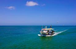 Fiskare som går tillbaka från, sliter, medelhavfiskebåtar Arkivfoto