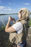 Fiskare som hänger hans drag fotografering för bildbyråer
