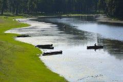 Fiskare som ifishing på dammet Royaltyfri Fotografi