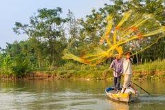 Fiskare som kastar hans netto på den Thu Bon floden nära Hoi An i V royaltyfria foton