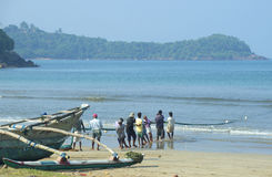 Fiskare som netto drar ut ur havet Sri Lanka Arkivfoton