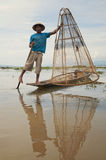Fiskare som poserar hans fartyg på Inle laken i Myanmar Arkivfoton